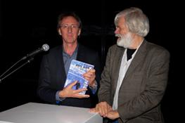 André van Duren ontvangt eerste exemplaar Filmjaarboek 2015/2016