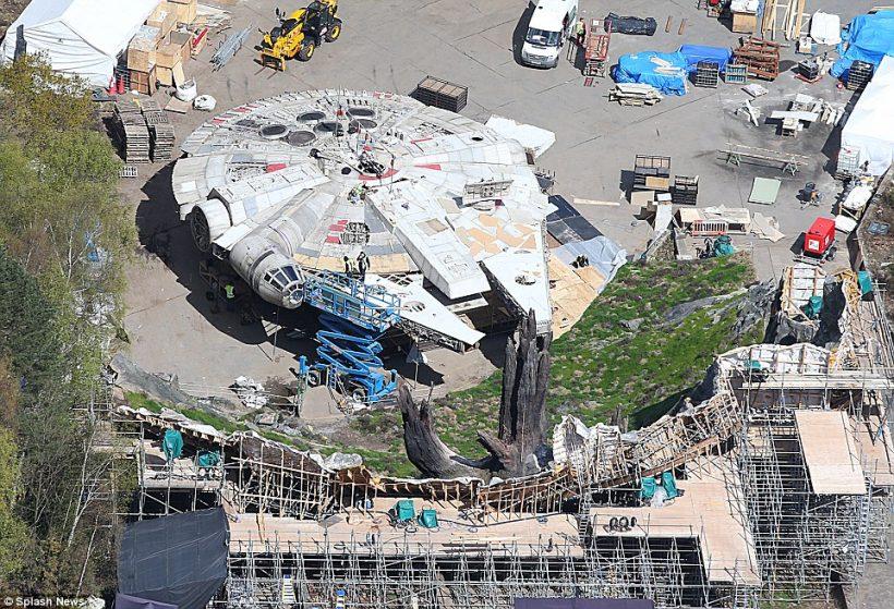 Millennium Falcon op nieuwe foto's Star Wars: Episode VIII