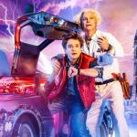 Acteurs uit Back to the Future musical ontmoeten Christopher Lloyd in promo